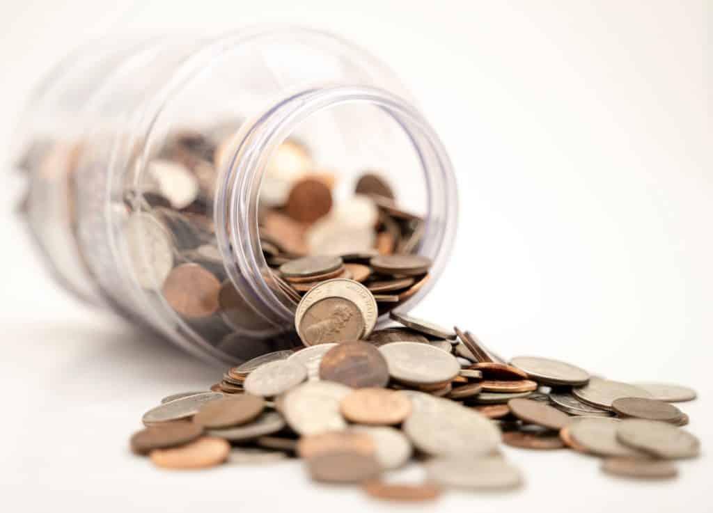 Монеты в стеклянной банке