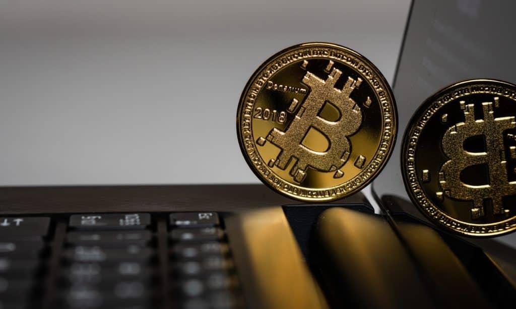 Монета Bitcoin на ноутбуке